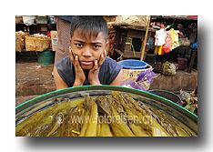 Junge am Markt