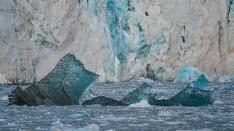 Blaueis vor der Gletscherwand