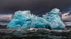Blauer Eisberg in Spitzbergen